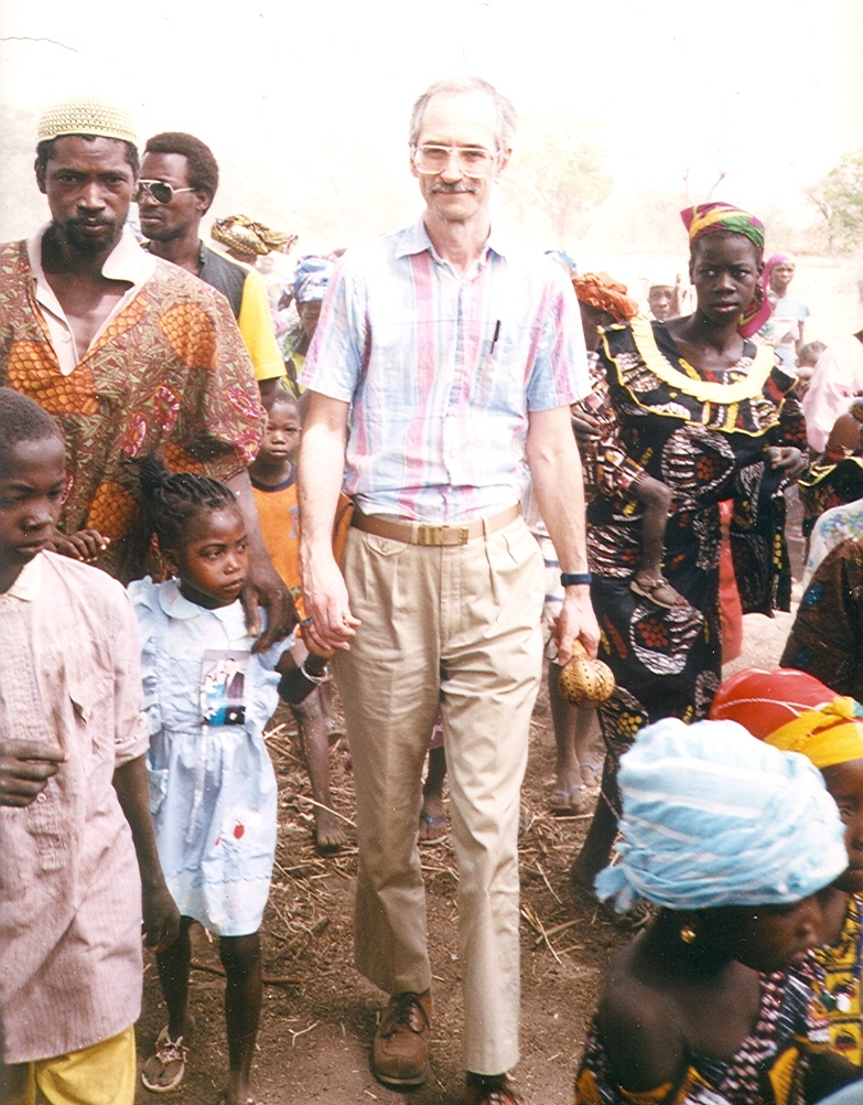 Schmid_walking_with_young_girl_market_Mali
