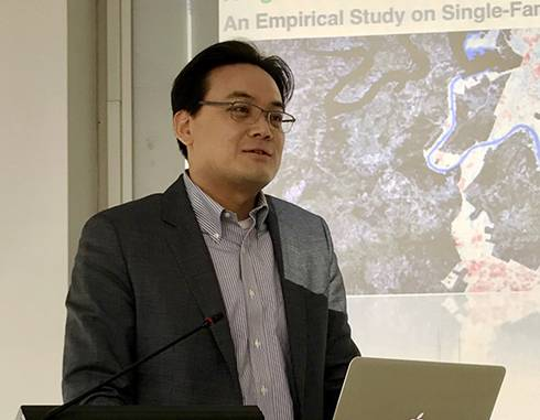 Image of Jun-Hyun Kim giving presentation.