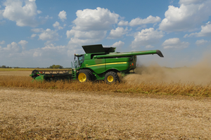 Harvesting dry soybeans near Charlotte, Michigan, on Sept. 26, 2017. Photo by Mike Staton, MSU Extension.