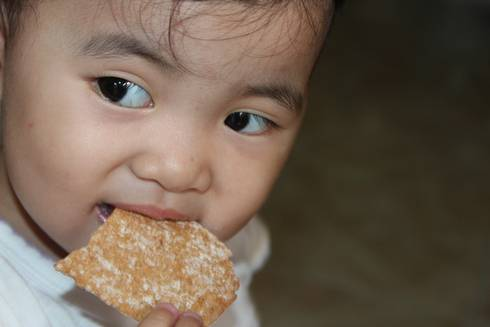 Children ages 12 to 24 months are able to feed themselves a variety of food. Photo credit: Pixabay.