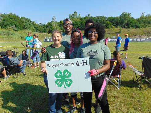 4-H youth holding Wayne County 4-H sign.